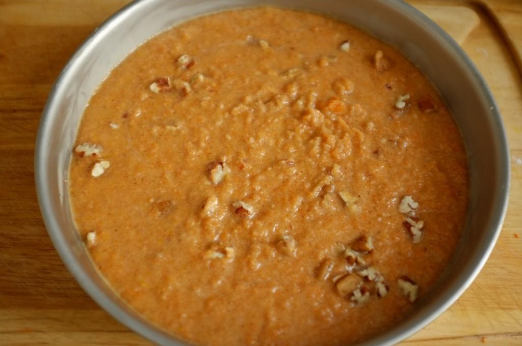 On aperçoit les noix de décan dans la pâte, avant d'être enfourné