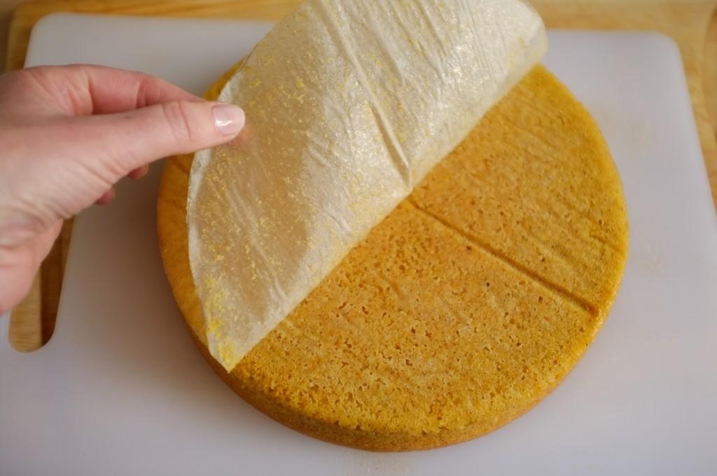 Le gâteau démoulé à l'envers, je pèle la feuille de papier cuisson.