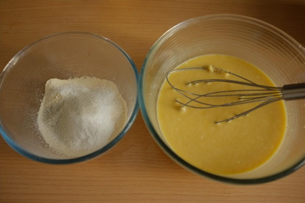 les ingrédienst humides et les ingrédients secs sans gluten avant d'être mélangés, on apperçoit les morceaux de banane écrasée