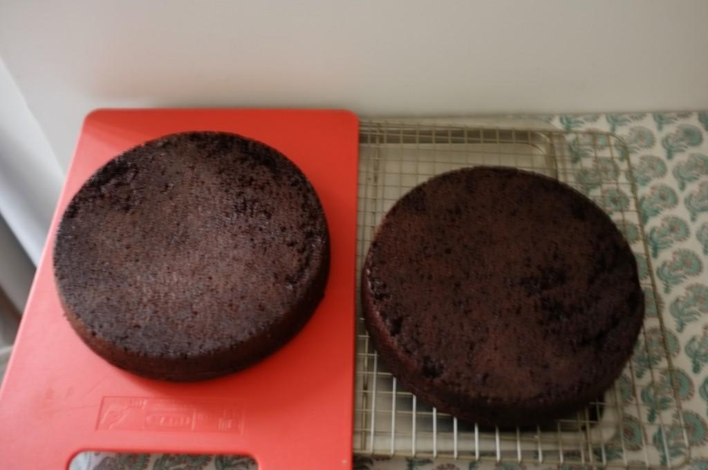 les gâteaux refroidissent sur une grille, pour aller plus vite le les laisse refroidir à l'envers