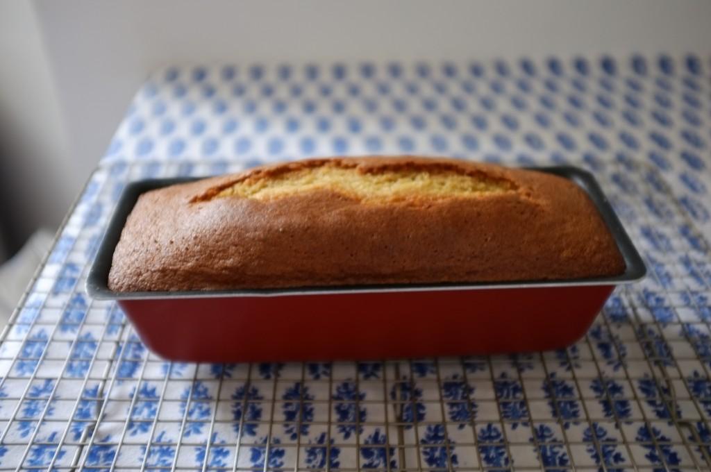 Le cake sans gluten au sirop d'érable et noix de pécan à la sortie du four, repose 15mn dans le moule