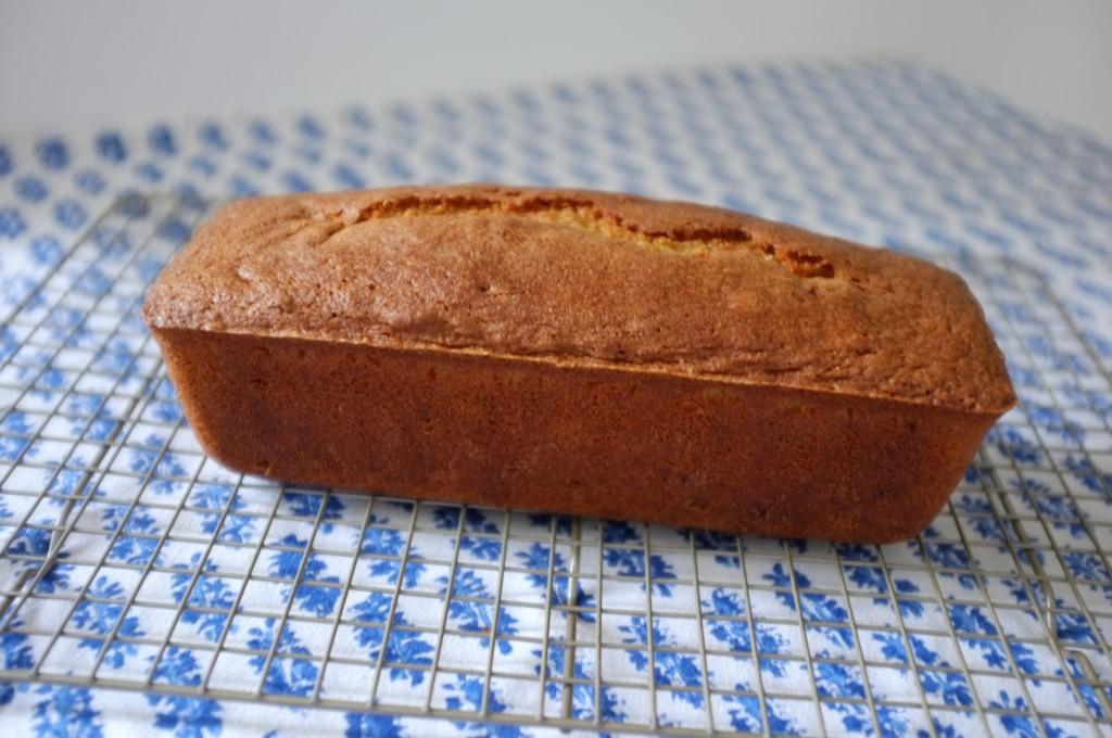 Le cake sans gluten au sirop d'érable et noix de pécan refroidit completement sur une grille avant d'être tranché
