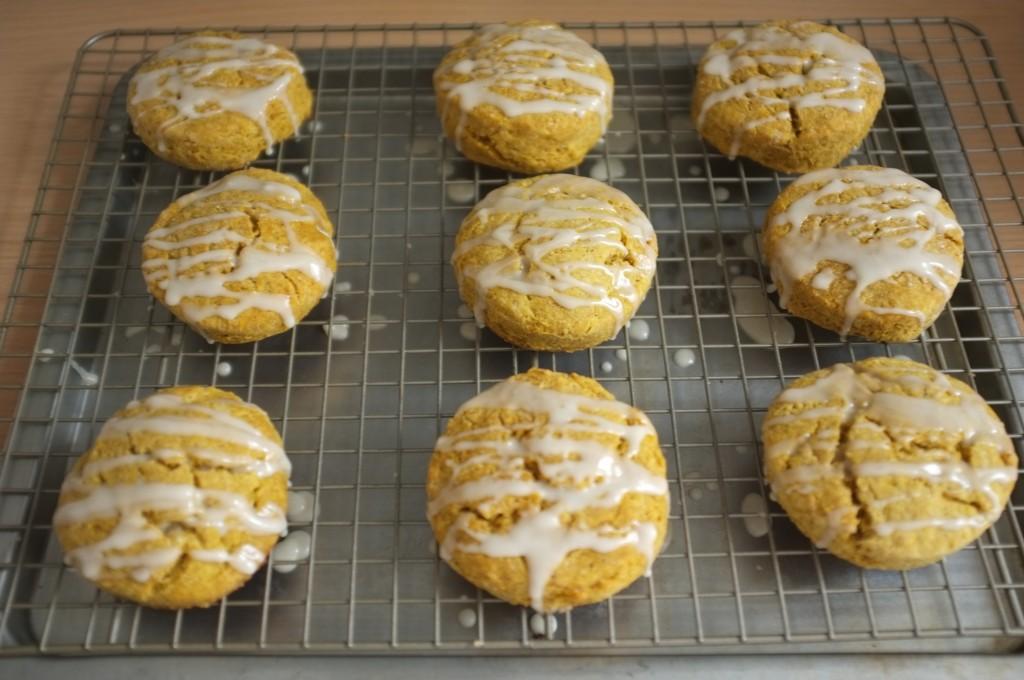 Le glaçage à l'érable des scones sans gluten au potiron et sirop d'érable sèche