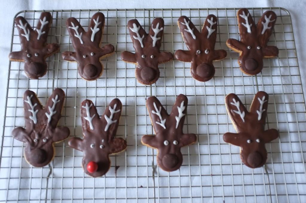 Les biscuits Rudolphe sans gluten sèchent sur une grille...