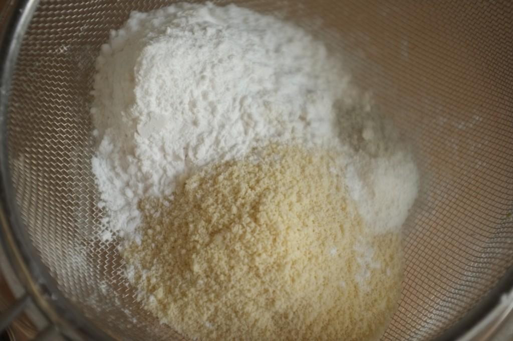 Les ingrédients secs sans gluten sont tamisés ensemble