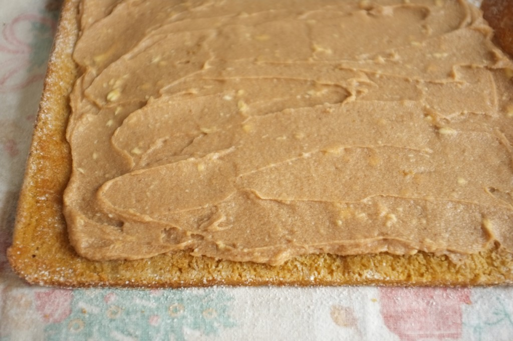 Une fois le gâteau refroidit, la crème au beurre-marron est étalée en laissant 1 cm autours des bords