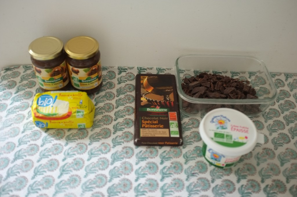 les ingrédients sans gluten pour la crème au beurre-marron et la ganache au chocolat noir