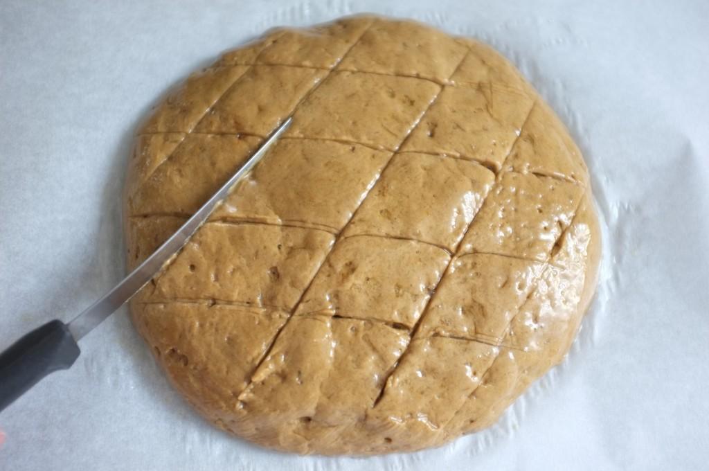 je fais de petites entailles sur le dôme du pain en losanges