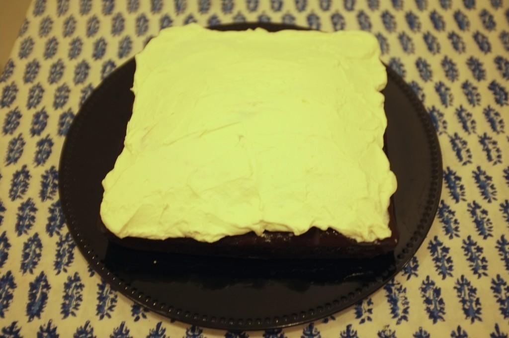 Le gâteau sans gluten chocolat café pour Damien est recouvert de crême fouettée