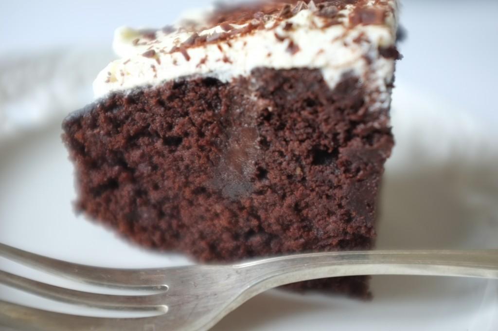 Le gâteau sans gluten chocolat café pour Damien, on apperçoit la sauce chocolat imbibée dans le gâteau qui le rend particulièrement moelleux