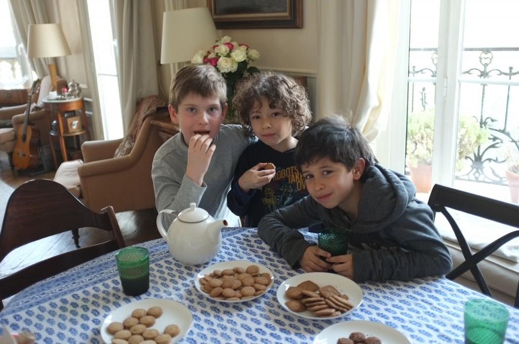 William, Gaspard et Victor en plein test de biscuits.