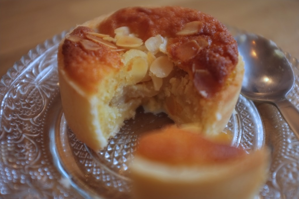 La tarte Bourdaloue sans gluten, où l'on découvre la poire pochée sous la crème d'amande