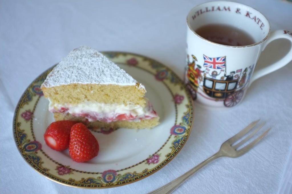 Une part de gâteau Victoria sans gluten et une tasse de thé en l'honneur du mariage des Kate & William