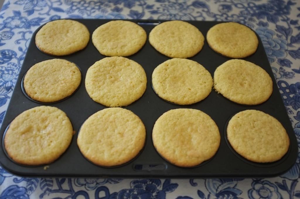 Les cupcakes sans gluten au citron vert à la sortie du four