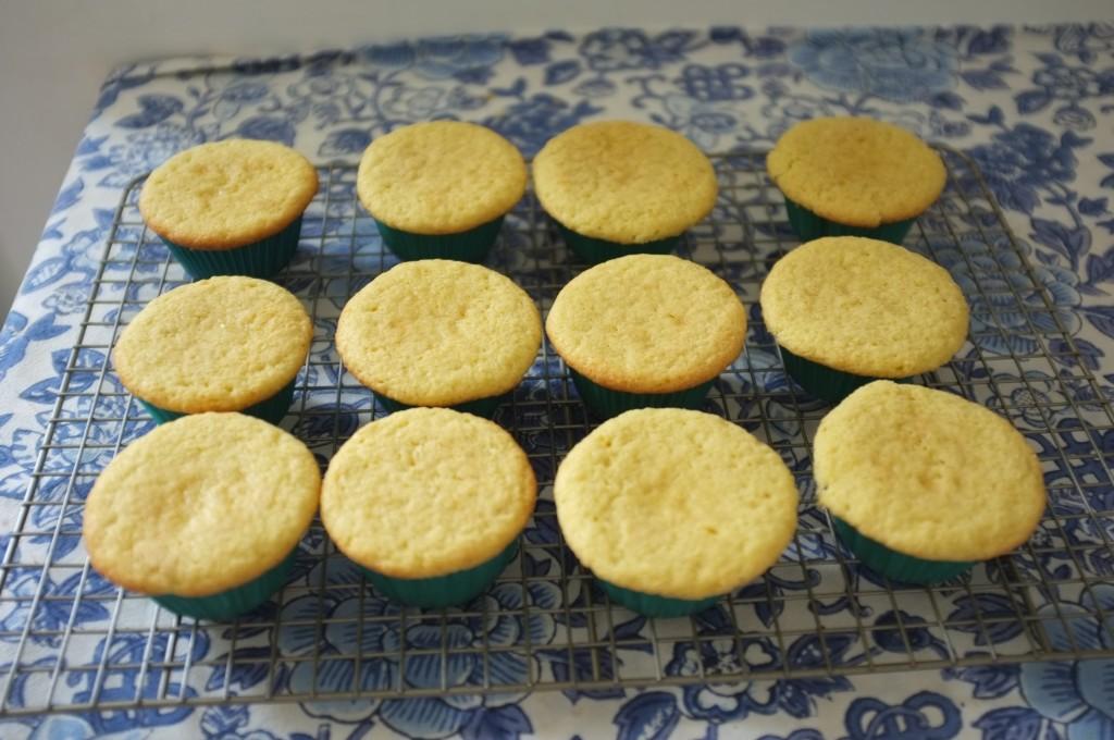Les cupcakes sans gluten au citron vert refroidissent avant d'être décorés de crème au beurre