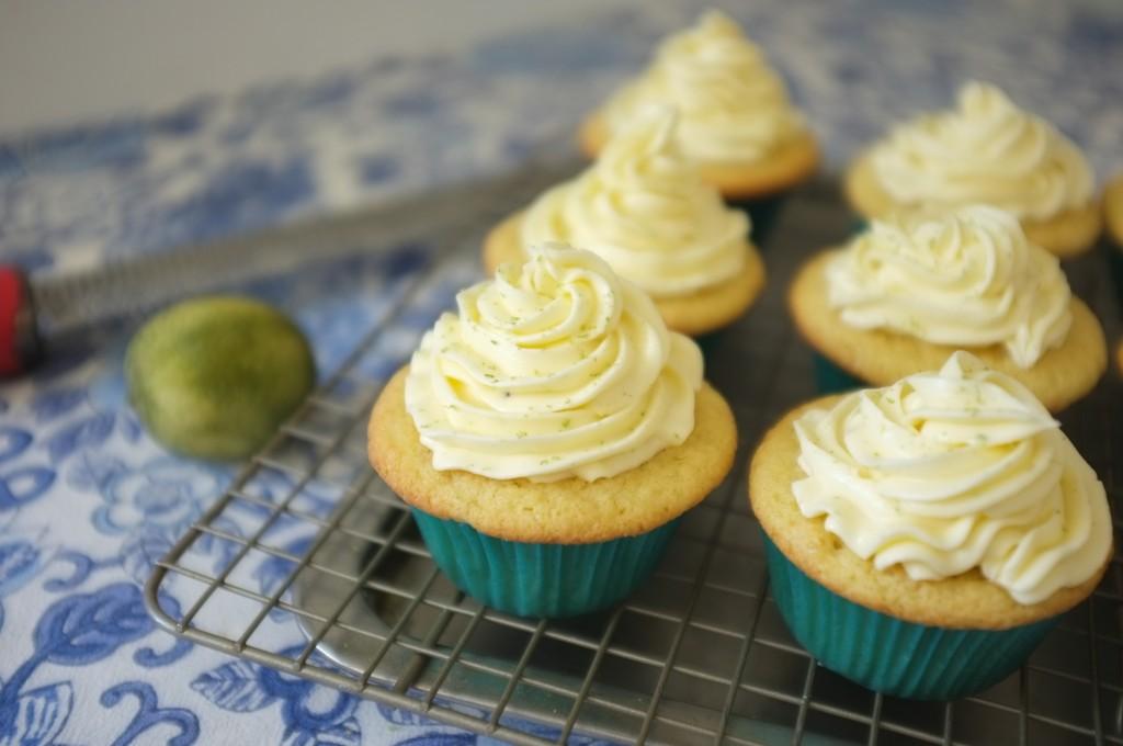 Je râpe encore par dessus la crème au beurre un peu plus de zeste de citron vert