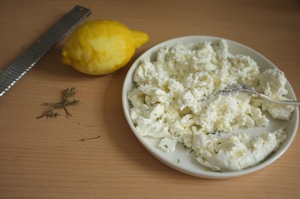 Le fromage de chèvre frais parfumé avec le zeste de citron et le thym frais