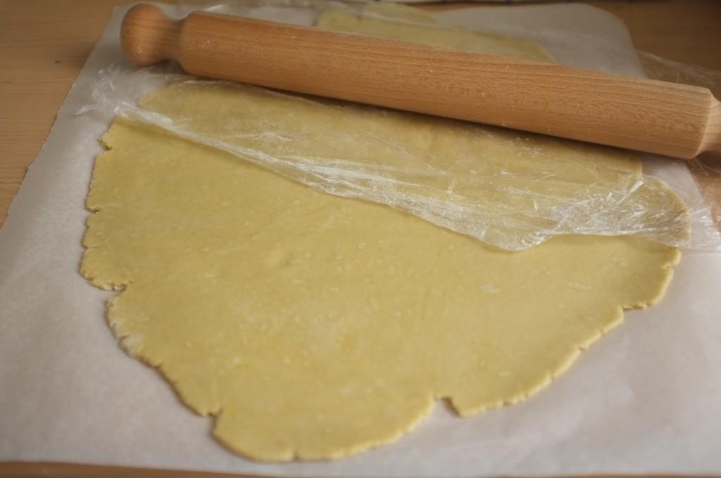 Lapâte sans gluten s'étale facilement entre une feuille de papier cuisson farinée et une feuille de film fraicheur