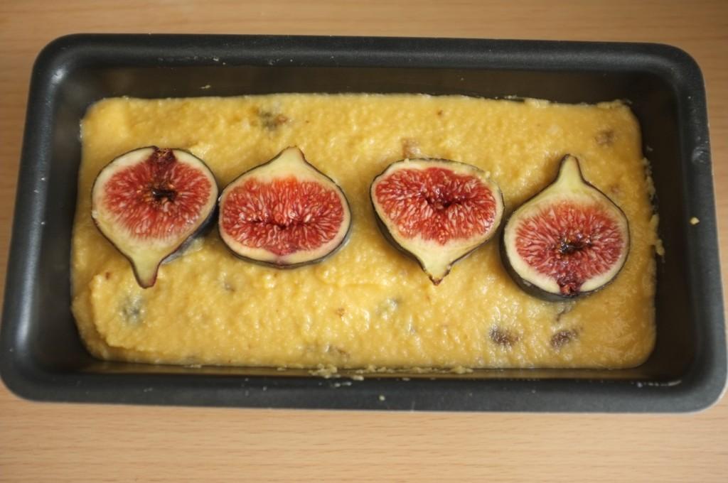 le dessus du pain sans gluten est décoré de figues fraiches
