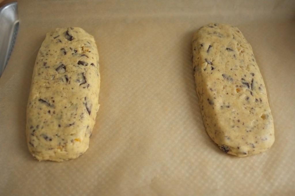 Les deux pains sans gluten avant la première cuisson des biscotti. Je les ai un petit peu trop applati...