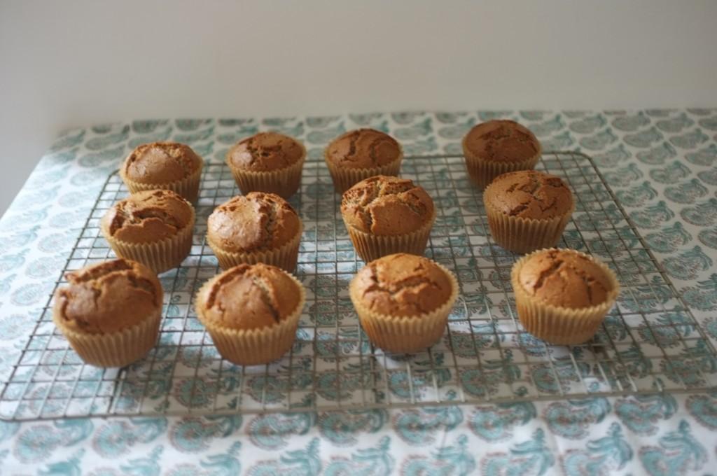Les petits muffins sans gluten au sarrasin refroidissent sur une grille