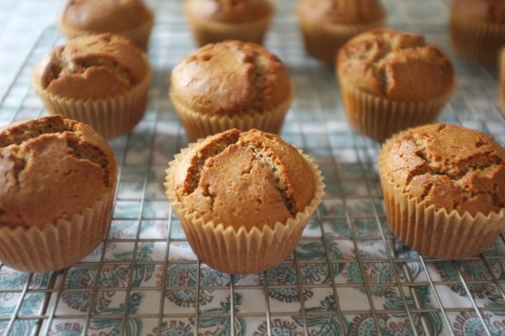 Les muffins sans gluten au sarrasin sont croustillants sur le dessus et d'une mie tendre à l'intérieur, parfait comme petits pains du matin;