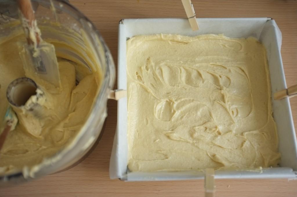 La premire partie de la pâte sans gluten est versée dans le moule