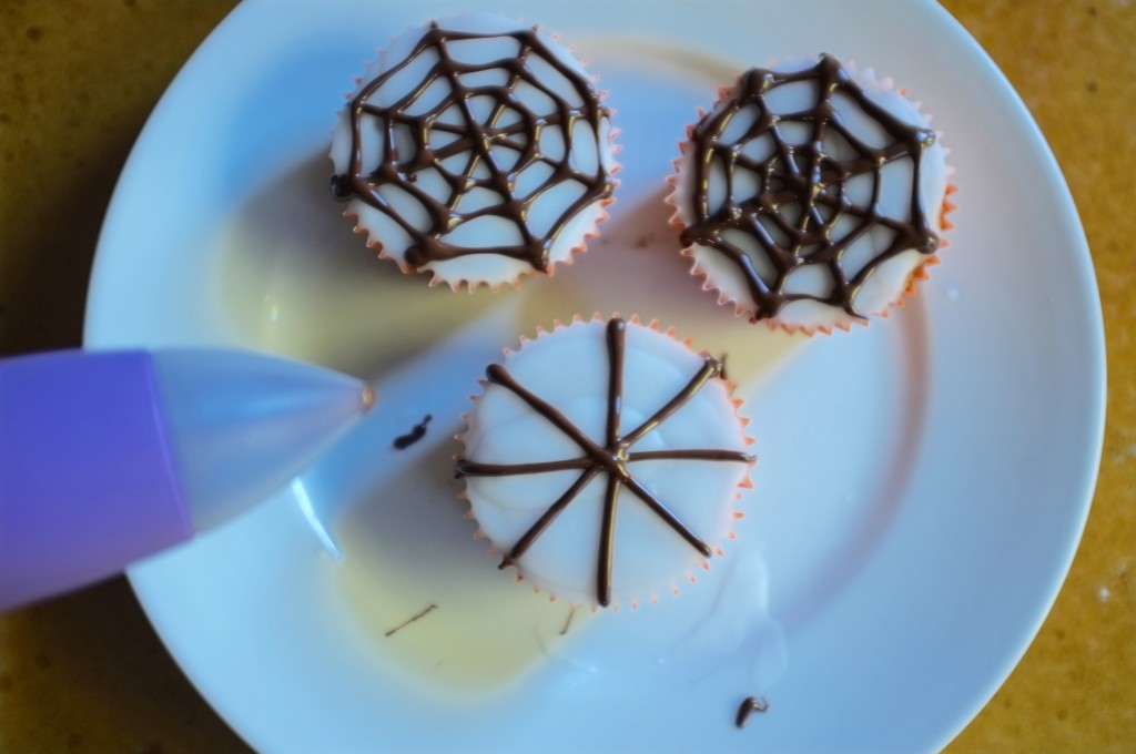 Pour décorer les muffins, un simple glaçage au sucre glace et du chocolat noir pâtissier fondu