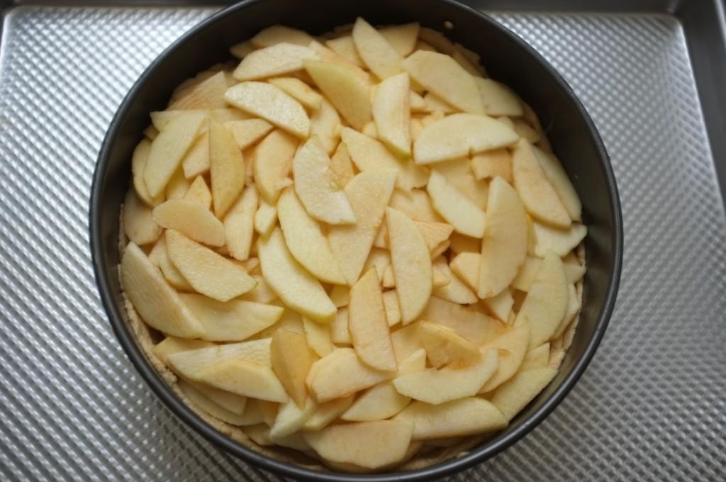 Le gâteau aux pommes sans gluten prend forme
