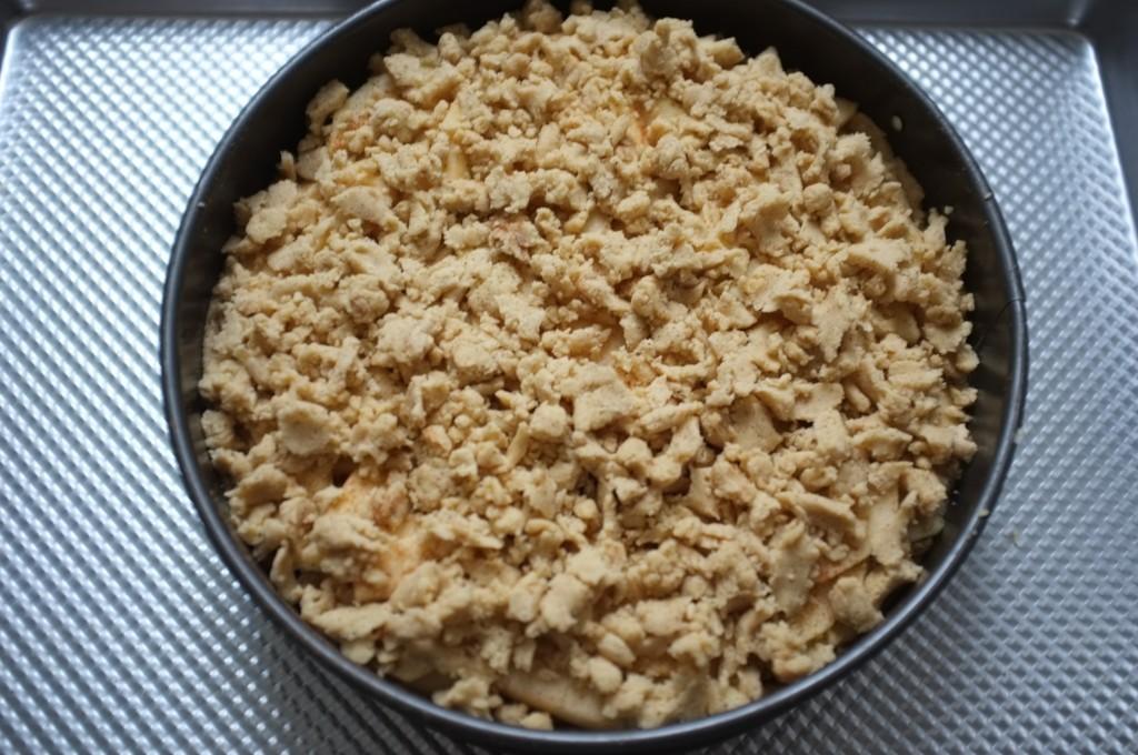 Le reste de la pâte sans gluten est saupoudré aux dessus des pommes comme pour un crumble