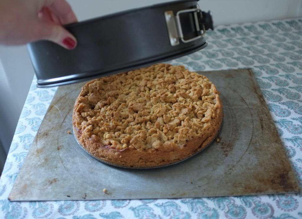 Le bord amovible du moule est enlevé, le gâteau aux pommes reste bien en forme.