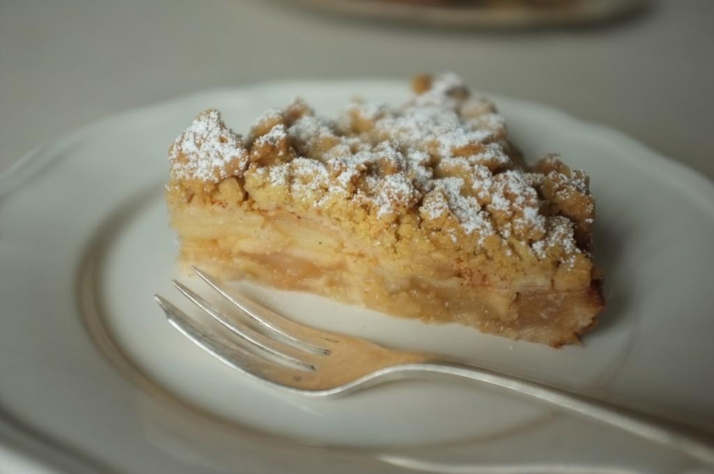 Le gâteau aux pommes sans gluten, une fine pâte au fond, beaucoup de pomme et une léger crumble sur le dessus...