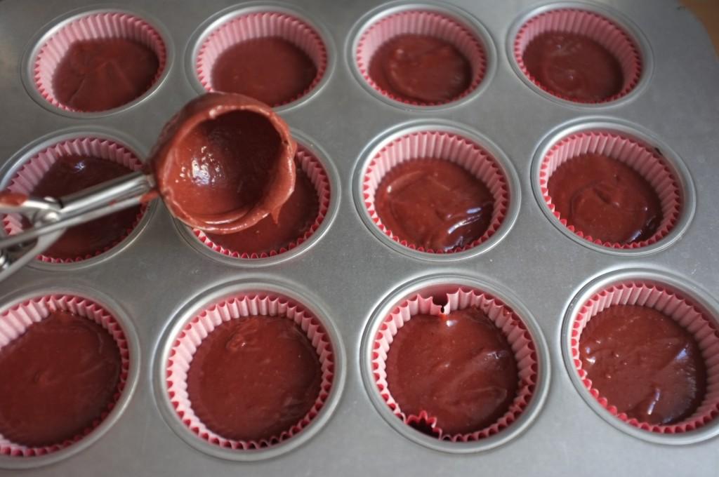 Pour obtenir des cupcake de même taille, j'utilise une cuillère à glace, c'est la taille parfaite pour mes moules.