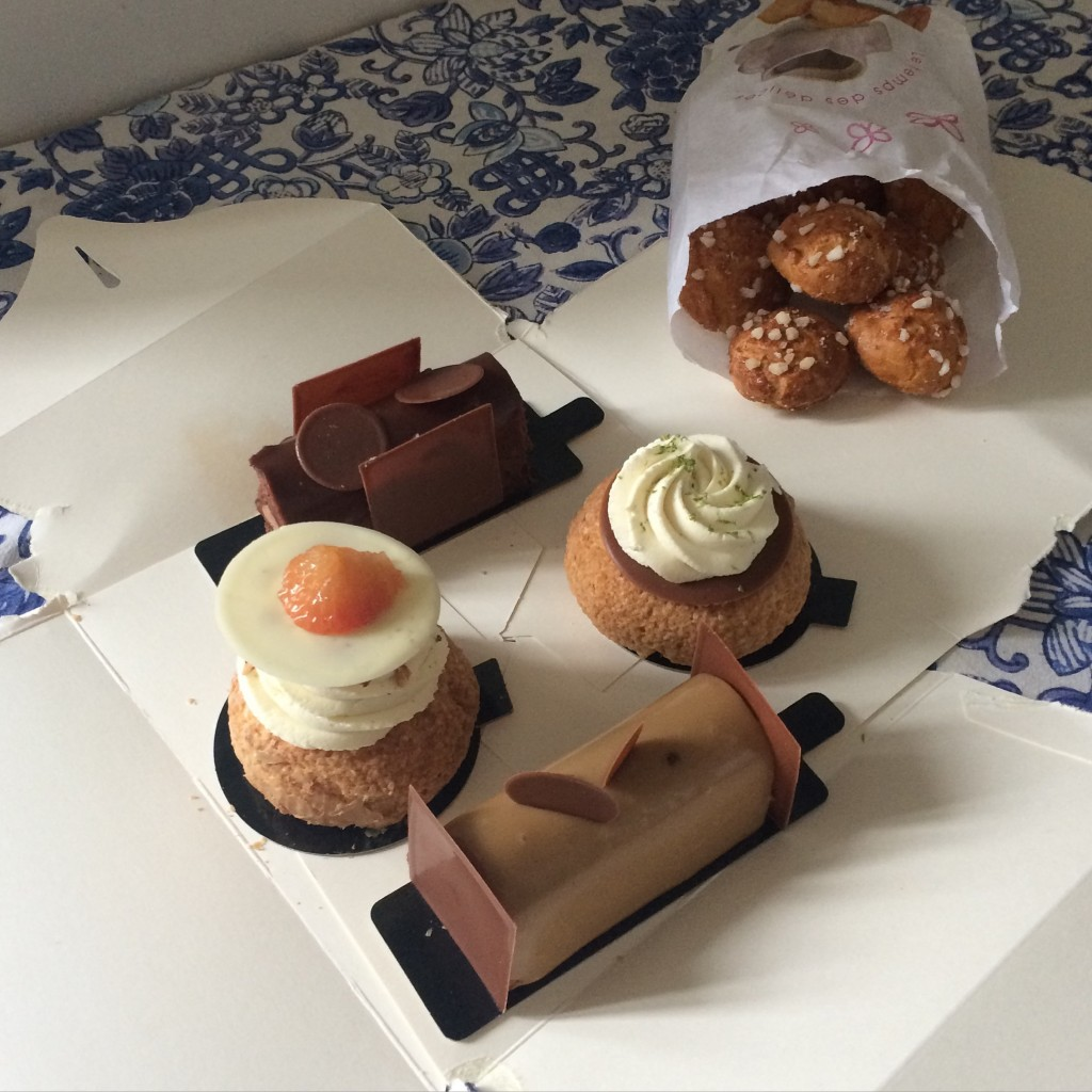 Les pâtisserie que j'ai rapporté chez moi: buches, choux au citron vert et choux ...