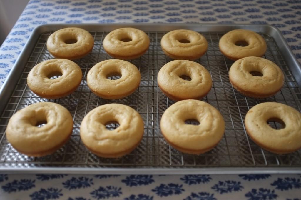 Les Donuts des Rois sans gluten refroidissent avant d'être décorés.