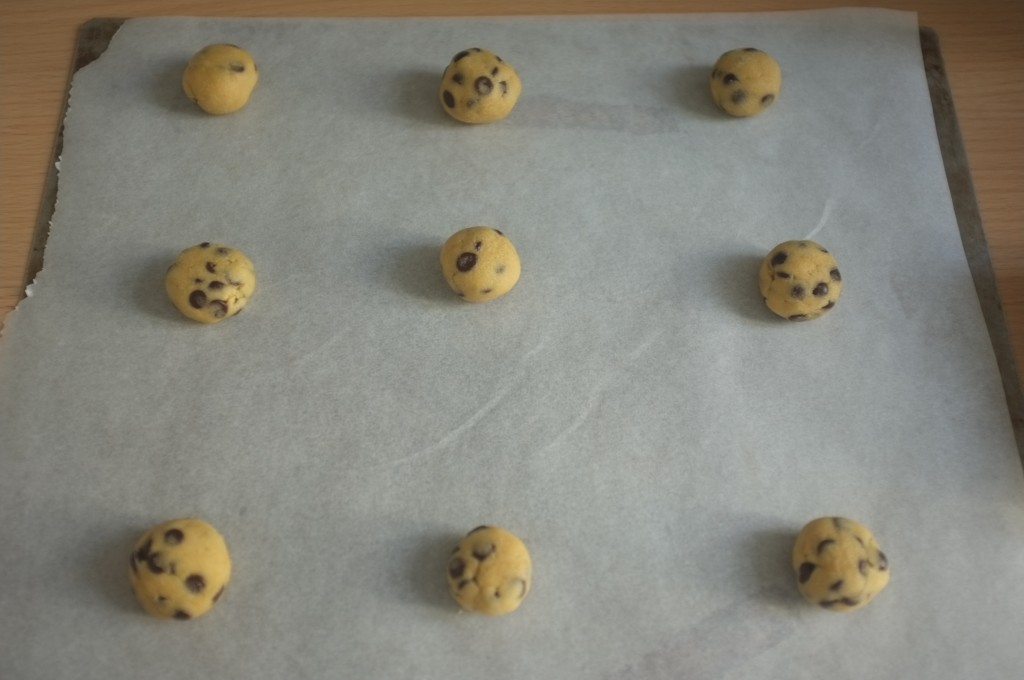 les petites boules de pâte à cookies sans gluten avant d'être enfournées.
