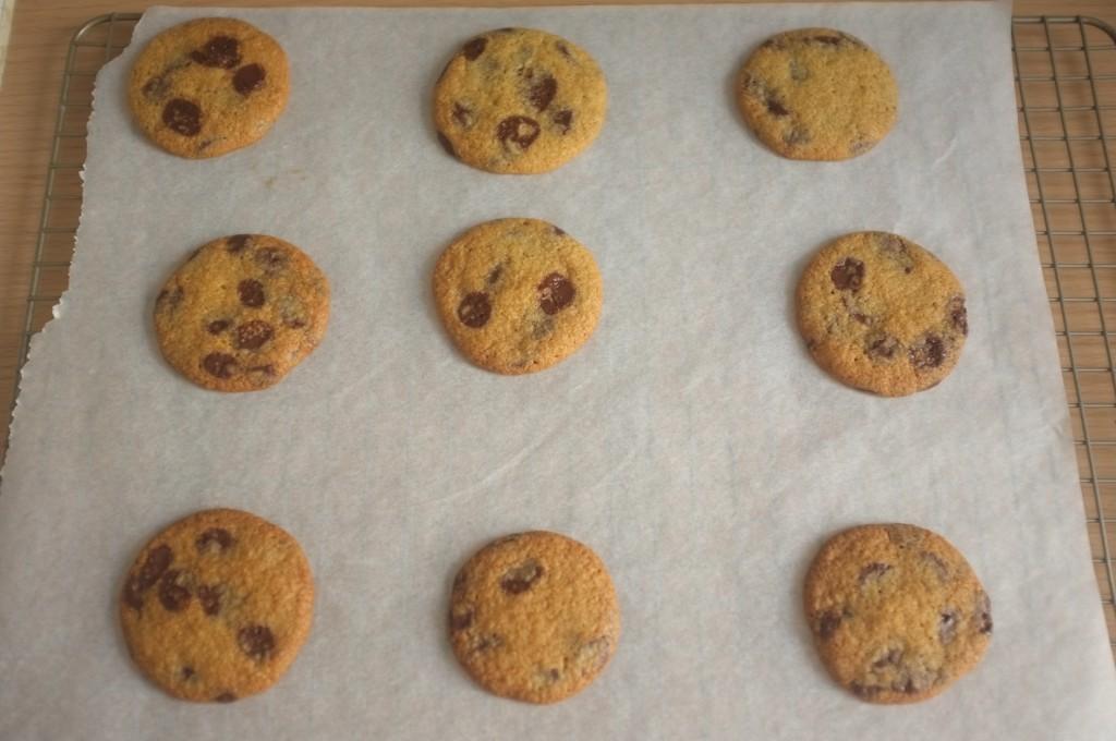 Les cookies sans gluten aux pépites de chocolat de William à la sortie du four.