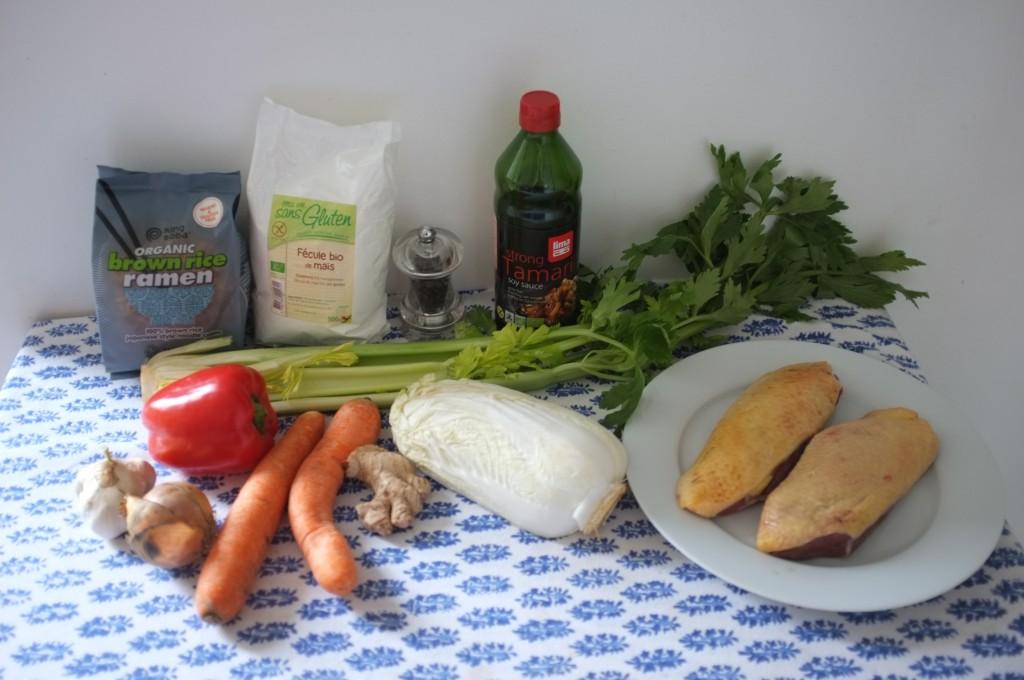 Les ingrédients sans gluten pourla recette de nouilles chinoises, légumes et canard sauté au work pour le Nouvel An Chinois