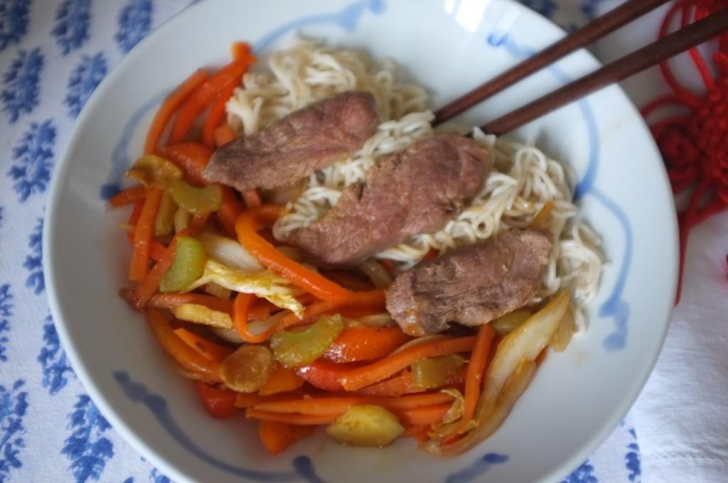 La recette sans gluten de nouilles chinoises, légumes et canard sauté au work