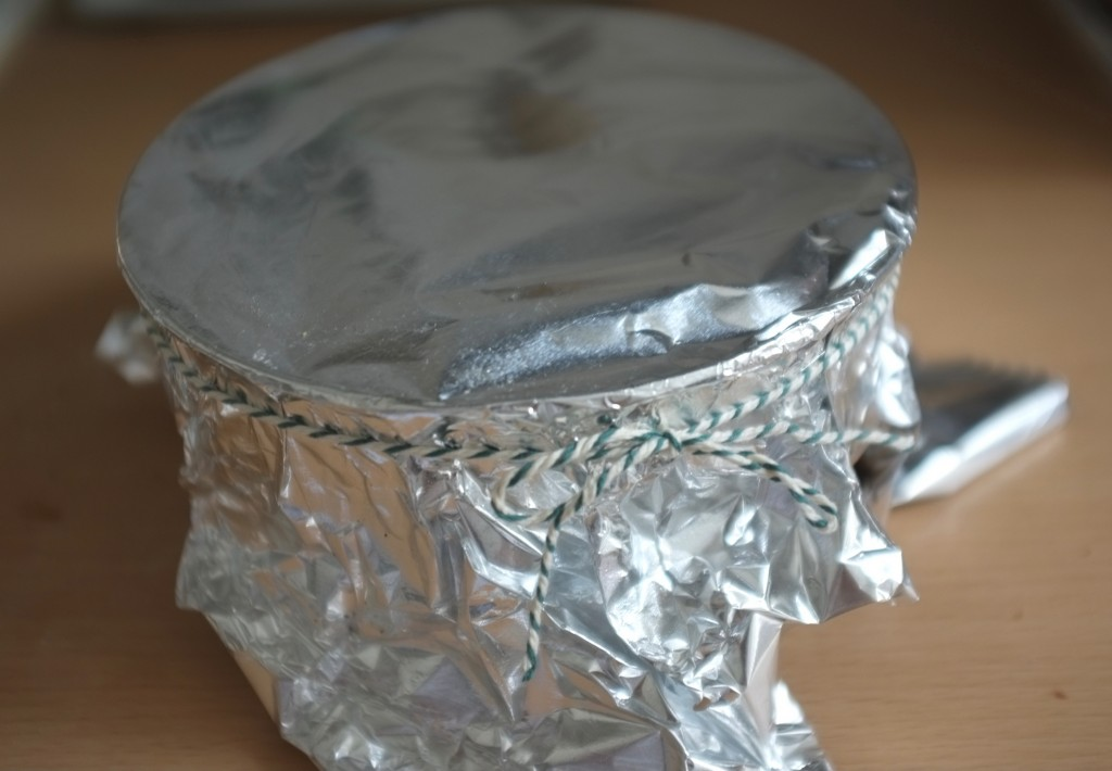 Je referme le moule avec du papier d'aluminium que je ferme avec une ficelle