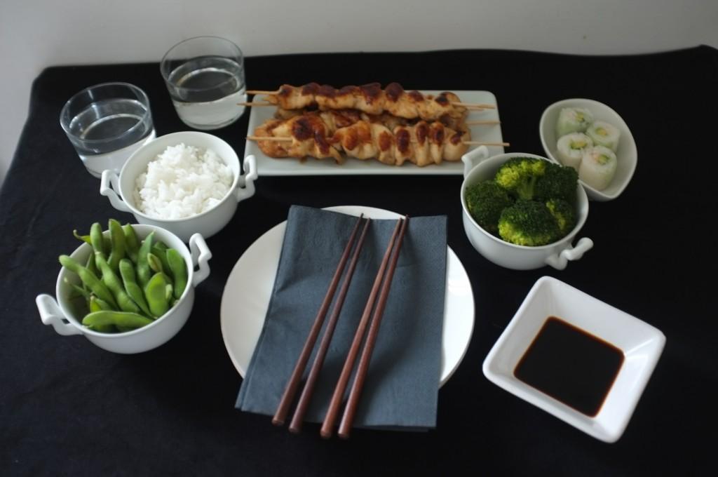 Le repas japonais sans gluten avec les brochettes de poulet Yakitori