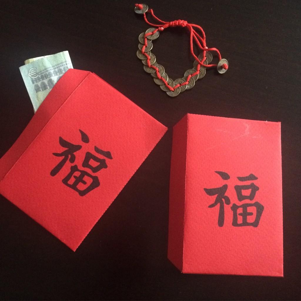 Les petites enveloppes rouges que l'on offre en gage de bonne chance avec un peu d'argent...