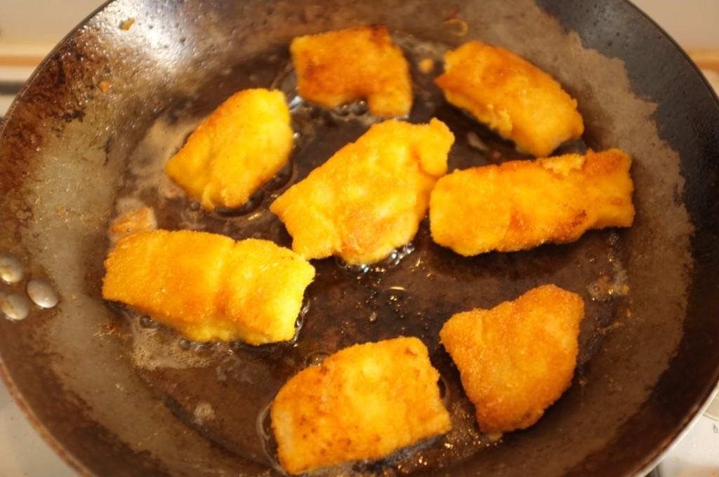 Les petits poissons panés sont cuit dans une poêle, et j'utilise de l'huile de pépin de raisin avec un petit peu d'huile d'olive.