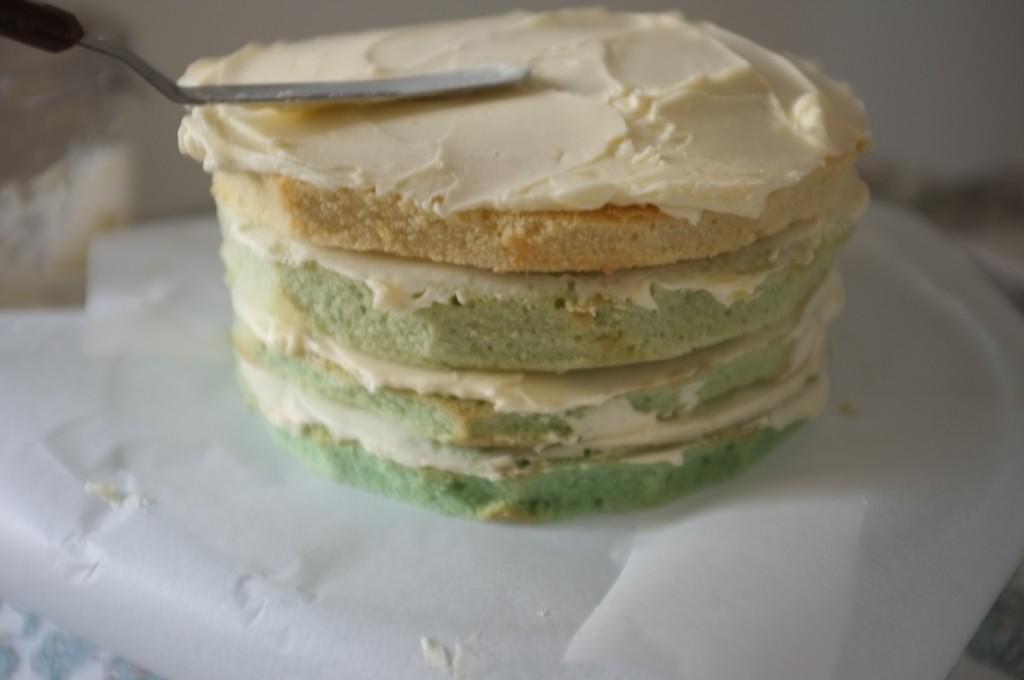 Assemblé selon un dégradé de vert pastel, le gâteau ombré sans gluten pour la St Patrick prend forme.