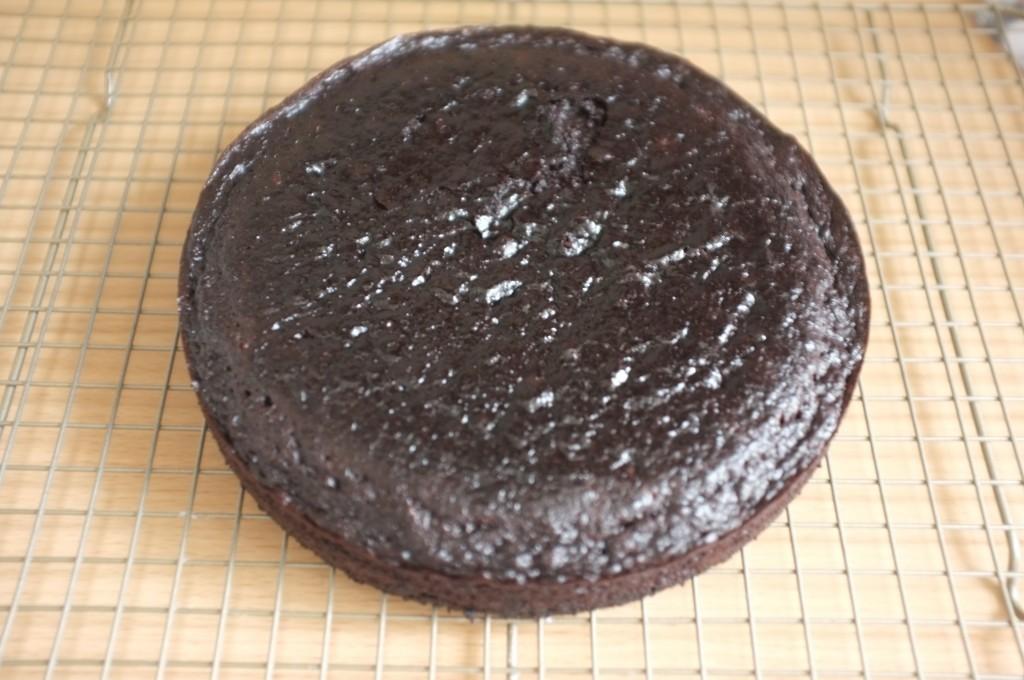Le gâteau sans gluten au chocolat de pâques refroidi tranquillement sur une grille.