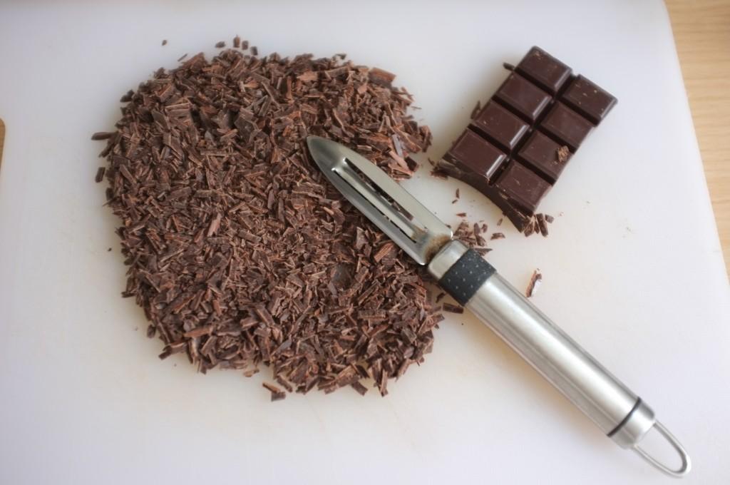 Pour fabriquer des copeaux de chocolat certifiés sans gluten, je râpe simplement à l'économe du chocolat noir en plaque