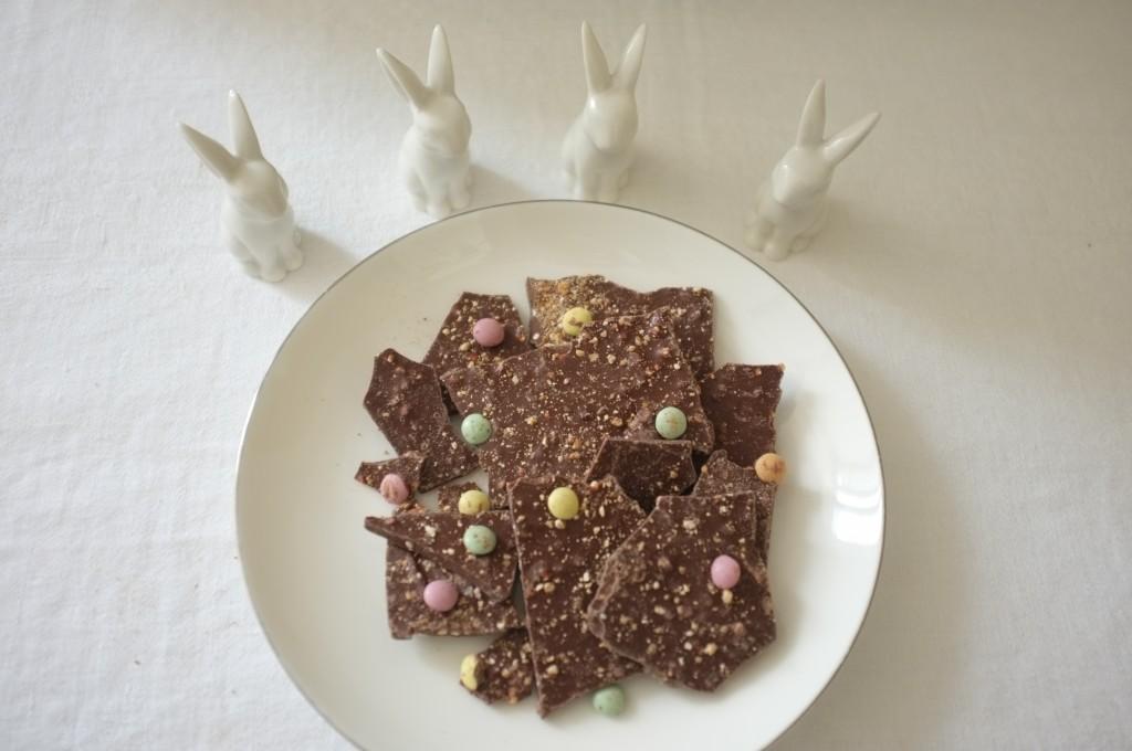 Les éclats de chocolat au lait, décoré de pastilles de chocolat colorés