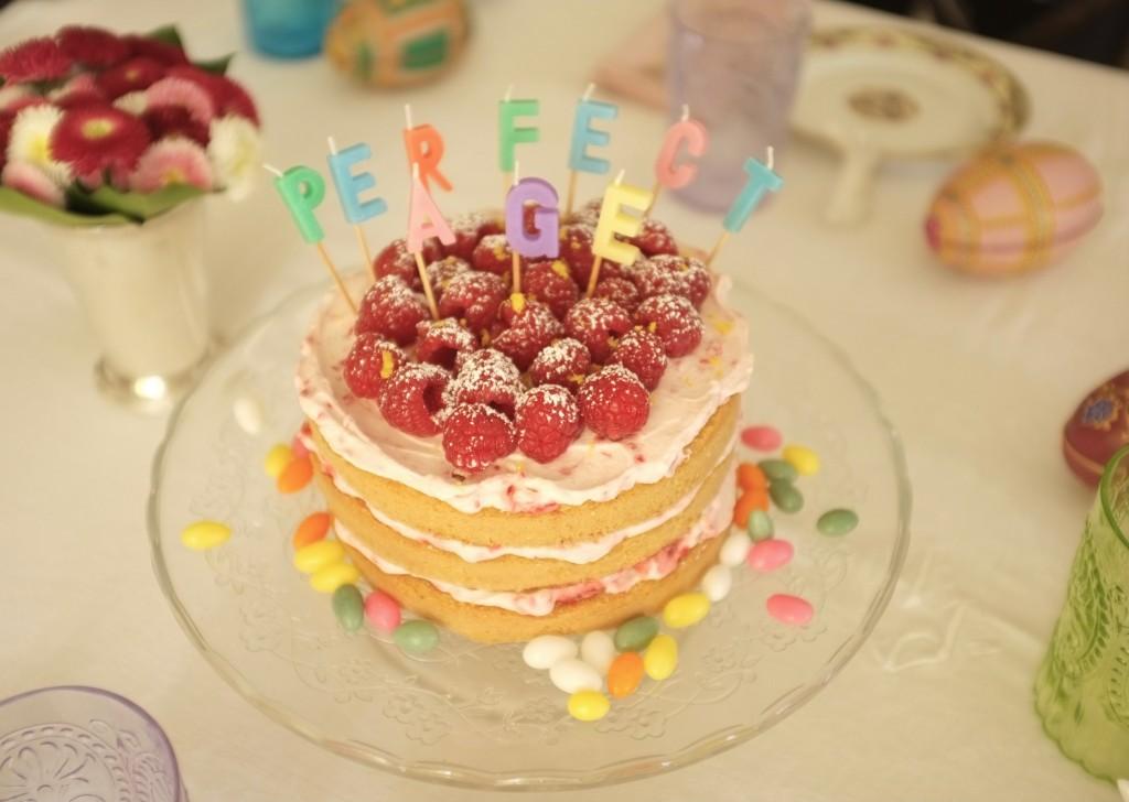 """Le gâteau sans gluten """" étages citron framboise pour l'anniversaire de ma belle-mère (la maman de mon mari). Je suis assez fière de ma bougie """"perfect âge"""" !"""