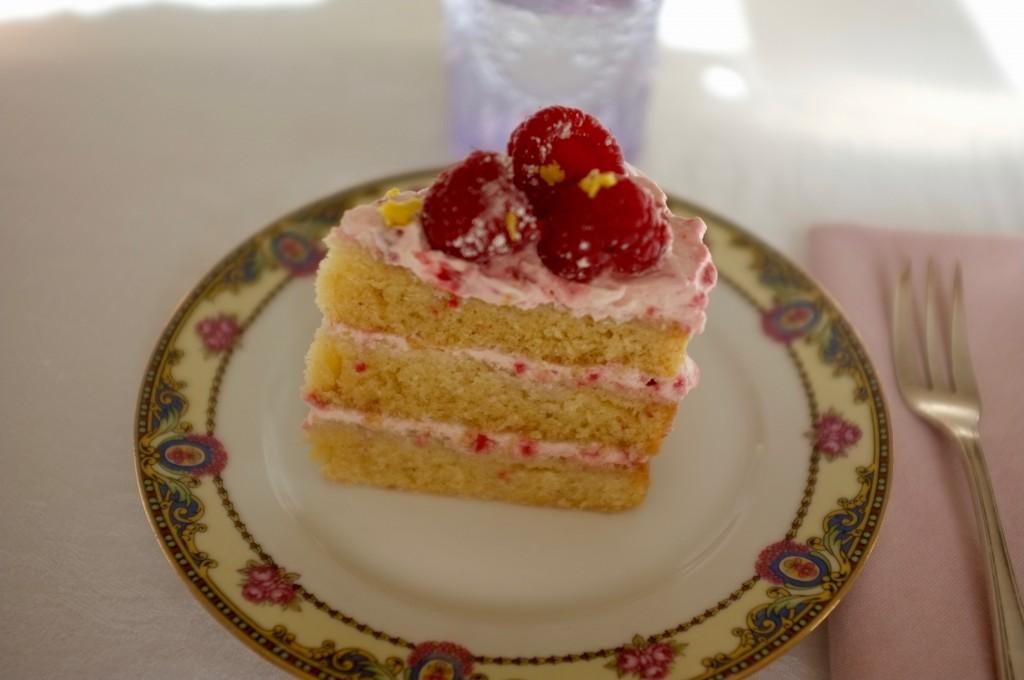 Le gâteau sans gluten 3 étages au citron et aux framboises.