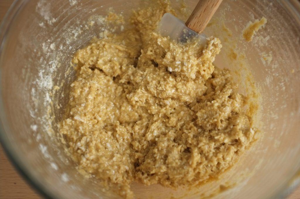 La texture après l'ajout de la farine et du coco râpé est vraiment très épaisse, comme un muesli épais, c'est normal !